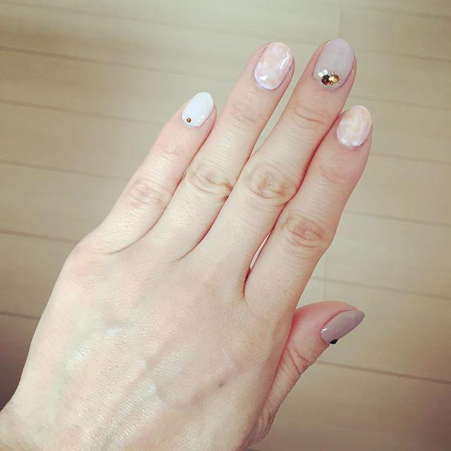ネイルチェンジ✨ 久しぶりにタイダイ。 ピンクとオレンジ系を使って、春らしいタイダイにしました 掃除をがんばりすぎると、すぐに爪の先端が欠けたりして ゴム手袋つけながら掃除をすればいいんだけど、素手でやるほうがよくて、、、 次は丁寧に掃除しよー。笑  #ネイル #ジェルネイル #セルフネイル #タイダイ #ピンク #オレンジ #春 #春カラー #掃除 #クレンザー #ゴム手袋 #使おう #丁寧に