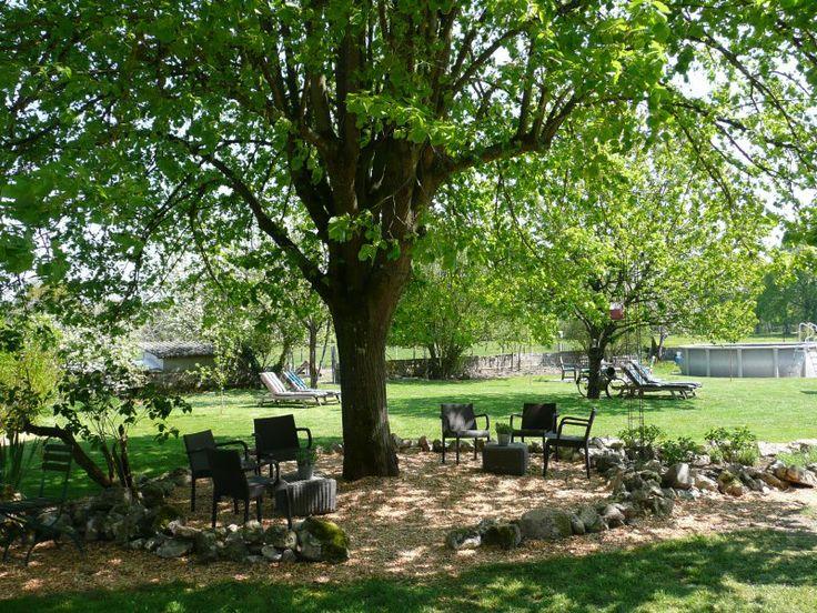AUVERGNE - Domaine La Terrasse - 2 gites / table d' hote / camping / safaritenten - opbouw zwembad, mooi groen domein. Frankrijk.