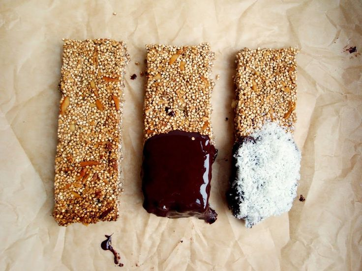 Ich bin frisch verliebt... in mein neues Quinoa-Müsliriegel-Rezept! Die Riegel sind unglaublich lecker und dazu auch noch ganz ohne raffinierten Zucker, abgesehen von dem bißchen Zartbitterschokola...