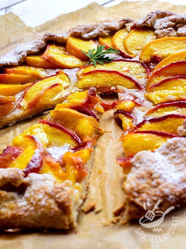 La Torta rustica di pesche è un dolce francese. Conosciuta anche come Galette, è una crostata golosissima che si prepara direttamente sulla carta da forno.