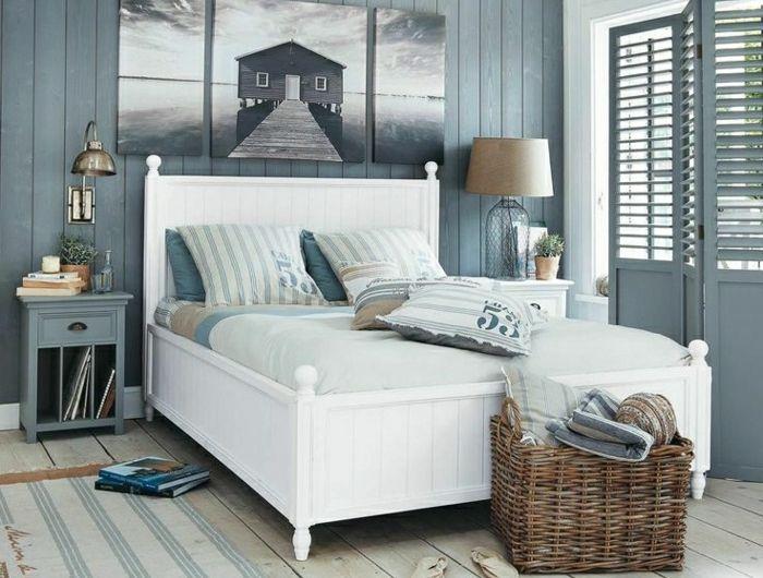 0-chambre-décoration-marine-de-style-marin-mur-bleu-en-bois-peintures-lit-en-bois-blanc