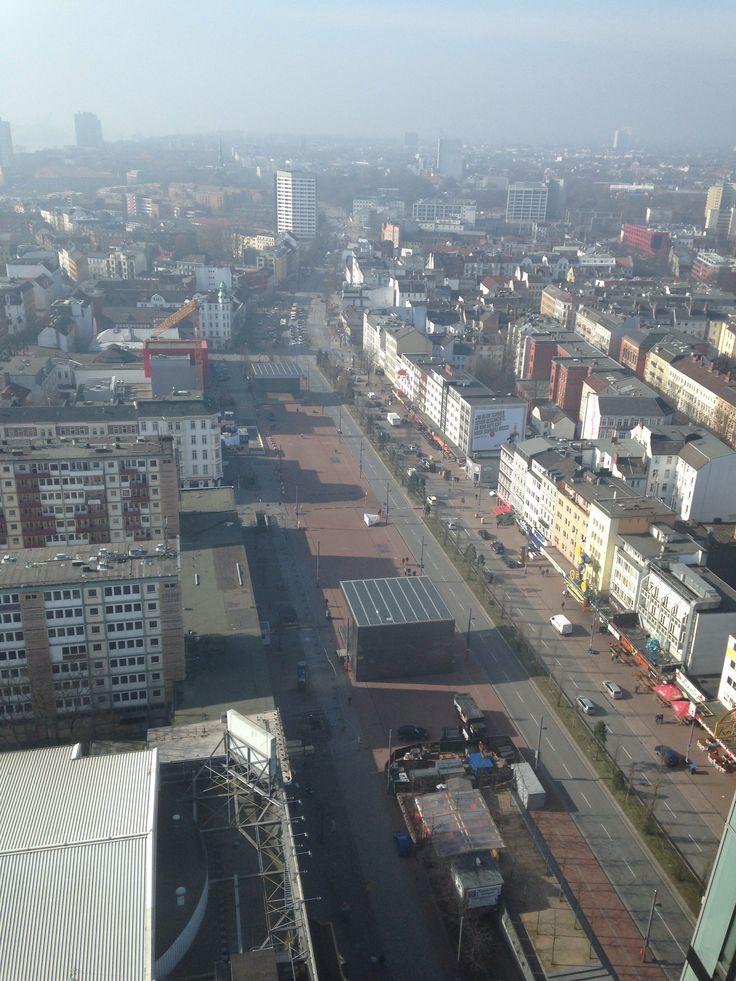 """Spielbudenplatz noch mit Esso-Häusern, vermutlich von den """"Tanzenden Türmen"""" aufgenommen."""