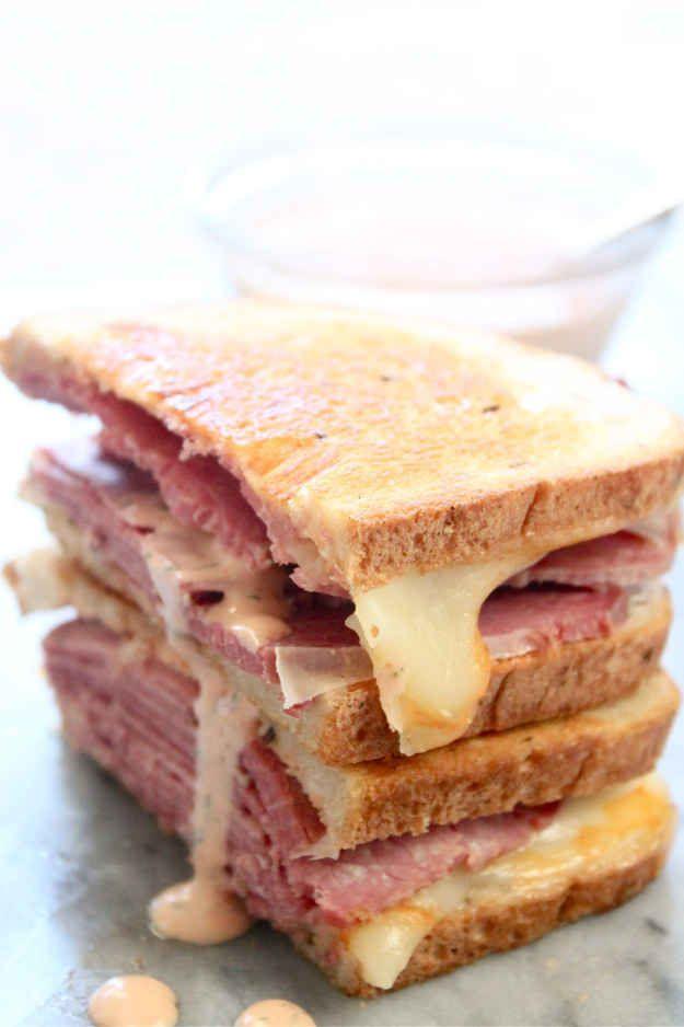 Sándwich de carne prensada en salmuera con salsa imitación Grouchos