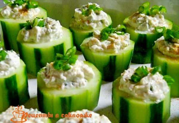 Не обязательно ехать в Грецию, чтобы попробовать очень вкусный салат в оригинальном исполнении, приготовьте огурцы фаршированные греческим салатом.
