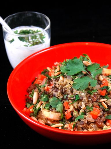 poivre, blanc de poulet, quinoa, pignon, bouillon de volaille, oignon, huile d'olive, cardamome, lentille, coriandre, coriandre, persil, sel, cannelle, carotte, raisin
