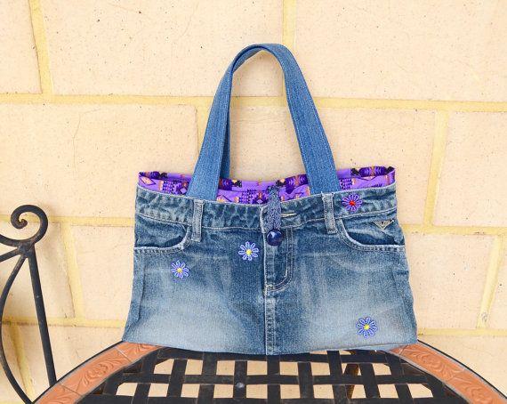 Hier ist, was einst ein Jeansrock in eine funky Denim Handtasche verwandelt. Ich habe lila aztekische Baumwoll-Stoff als Futter zusammen mit 70er Jahre Stil Spitze Blumen, eine Schachtel Stil Top Masche und Denim-Träger für Griffe, um diese zu einer Art Tasche erstellen hinzugefügt!  Maße: Länge: 13,5 über zu öffnen (34cm) Höhe: 9,5 cm (24) Breite Basis: 2,5-Zoll (6cm) Griffe: 17(43cm)  Diese Tasche kann Maschine gewaschen und gebügelt auf der Baumwolle-Einstellung sein. Alle Stoffe sind…