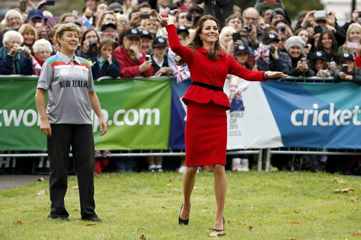 Catherine, hertogin van Cambridge, speel krieket in Latimer Square in Christchurch, Nieu-Seeland. Foto: Reuters.
