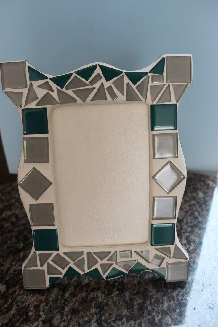 Porta retrato em mdf, revestido por mosaico feito com pastilhas de vidro.