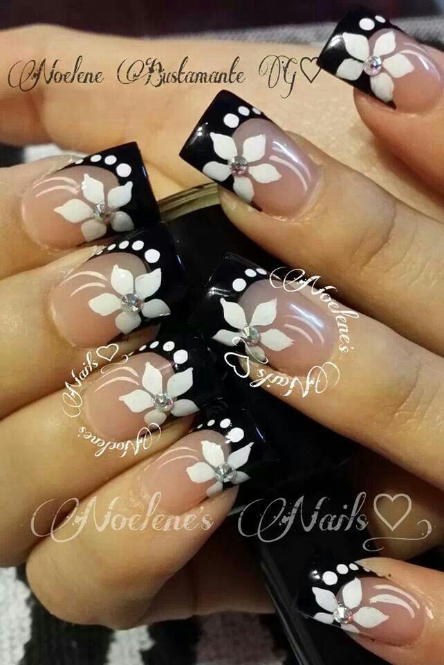 Uñas primaverales con #flores en #blancoynegro y Zwarovzky. Diseño de Noelene's Nails