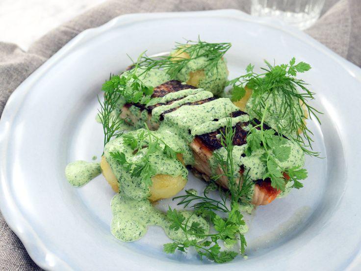 Stekt lax med kryddig örtsås samt citron- och honungsslungad potatis | Recept från Köket.se