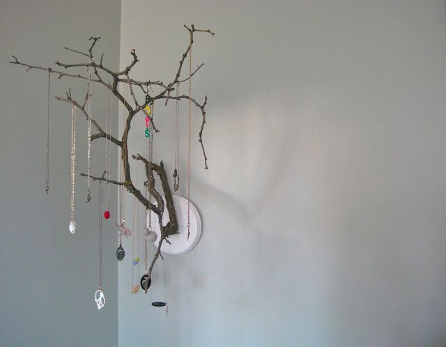 Tree Branch Jewelry Holder -diyhoard Have a lot of old trees in your neighborhood? Here's a good idea for fallen branches. Find a nice...