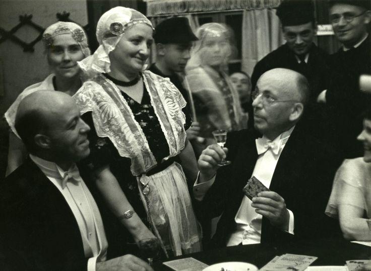 """Hans Martin, letterkundige en journalist, in 1921 secretaris van de K.L.M., in 1934 hoofd van de dienst op Batavia. Schrijver van verzen en vertellingen, o.a. """"Malle Gevallen"""", in 1913, 'een kluchtig verhaal'. Met een borreltje en een stukje Groninger koek in de hand converseert hij met allerlei aanwezigen, o.a. een vrouw in klederdracht. Op de tafel ligt een boek waarop K.L.M. staat. #Groningen"""