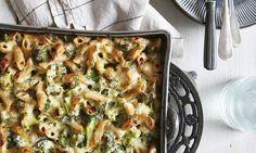 Dit recept is voor personen Aantal kcal:p.p. 30 min. voorbereidingstijd (+30 min. oventijd)  Zo maak je het! Breng de melk met de knoflook en de laurierblaadjes zachtjes aan de kook in een kleine steelpan, draai het vuur dan uit en laat 20 minuten trekken.  Kook de pasta al dente volgens aanwijzingen op de verpakking in een heel ruime pan met water. Voeg de laatste 4 minuten de broccoliroosjes toe en laat die even meekoken. Giet af.  Vet een lage ovenschaal in met een eetlepel olijfolie…