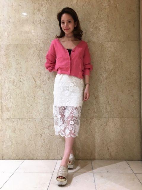 ドロップショルダーブルゾン×レースタイトスカート。  ドロップショルダーで肩が落ちるように作られたブルゾンを1枚でカーディガンみたいに着ました。今年はこの発色のいいピンクがおすすめです!