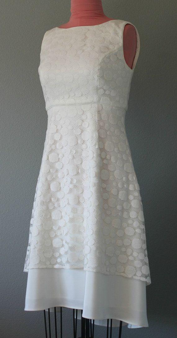 Was für ein Spaß Kleid, das wäre toll für einen lässigen Strand Hochzeit im Freien, zweite Hochzeit, Probeessen oder jeden feierlichen Anlass.  Dieses brandneue wunderschöne Empire-Taille Kleid ist mit 100 % 3-lagig Seide erstellt, voll gefüttert und garniert mit einer wunderschönen Dot print Baumwollspitze, die höher in der Front beginnt und verjüngt sich nach unten die Crepe in der Rückseite für einen sehr hübschen Hi Lo Tee Länge Stil. Das Kleid ist auch fertig mit der gleichen…