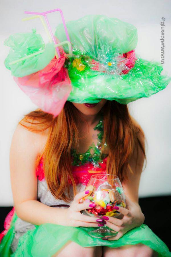 ''Soffio di primavera'' :abito leggero e frizzante,dai colori pastello,creato con delle buste di plastica ,che richiamano pure il cappello,mentre la collana è realizzata con della plastica delle bottiglie.