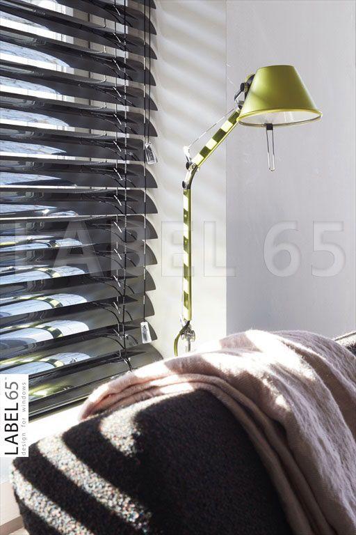 Zonlicht komt via een horizontale aluminium jaloezie altijd in stroken binnen, hierdoor ontstaat een geweldig schouwspel in huis waar je met recht van kunt genieten!