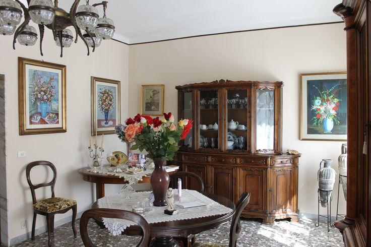 RIF.2671 Monopoli - Zona Nord, vendesi in zona servita, comodo appartamento al piano rialzato di 5 vani+accessori composto da ingresso, salone doppio, cucina abitabile con cucinotto, corridoio, bagno, 3 vani letto, un balcone. Esposizione angolare. Cantina di mq 9.