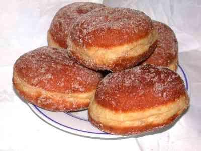 BEIGNETS A LA CONFITURE (Pour 12 beignets : 500 gr de farine, 125 ml de lait, 30 g de sucre semoule, 1 pointe de couteau de cannelle moulue, 1 pincée de sel, 1 sachet de sucre vanillé, 1 sachet de levure de boulangerie, 2 oeufs + 1 jaune d'oeuf frais, 1 c à s de Kirsch)