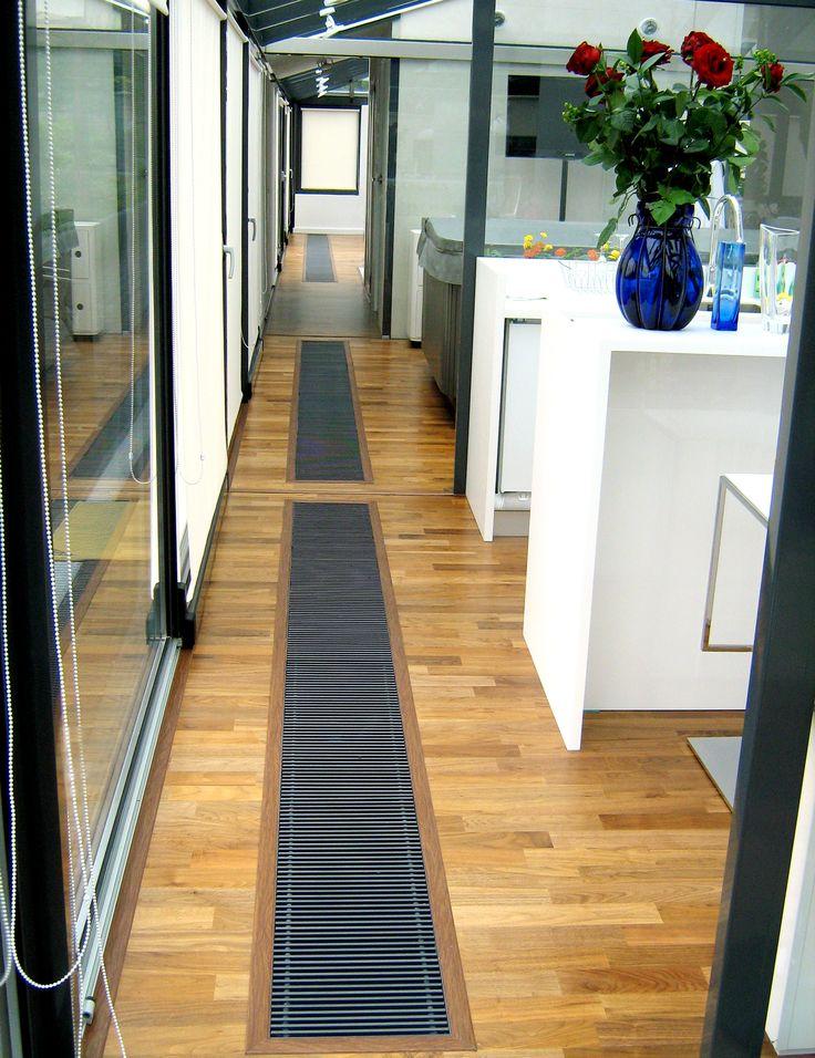 System ogrzewania kanałowego montuje się najczęściej wzdłuż dużych przeszkleń.