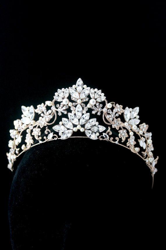 Una impresionante Tiara hecha a mano boda que deslumbra con belleza. Este espectáculo Premium parada casco es un diseño único de esplendor Lulu fabricado especialmente para trajes de novia. Totalmente hecho a mano con estampados vintage detalladas y ajustes, soldadas en forma de barrido delicada para acentuar su estilo de pelo. Recortado en completo del Rhinestone de cristal de Swarovski (realmente brillan!) y perla (o cristal completo si lo prefieres) Esta pieza se desliza por que la cabeza…