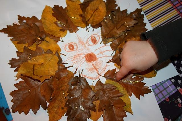 løve af efterårsblade med guldglimmer
