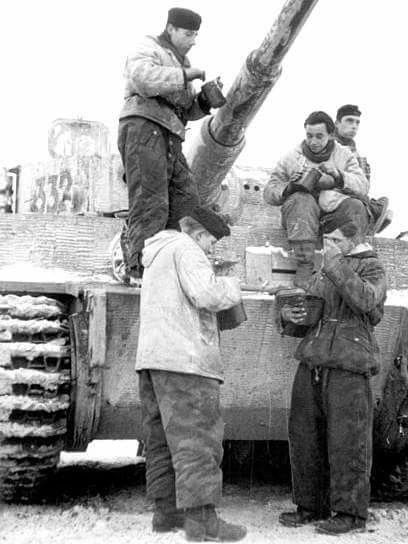 Tiger I and crew chow.
