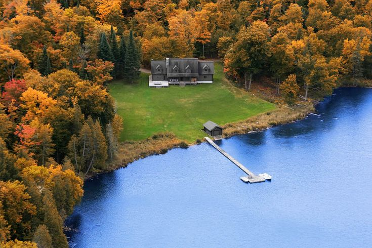 черный дом и озеро в Канаде