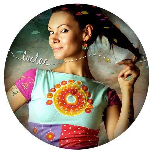 LucLac je slovenská značka, ktorá vytvára jedinečný farebný svet módy a dizajnov, ručne maľovaných odevov, doplnkov, šperkov, obrazov i fajnových tričuliek s potlačou :) Vitajte!