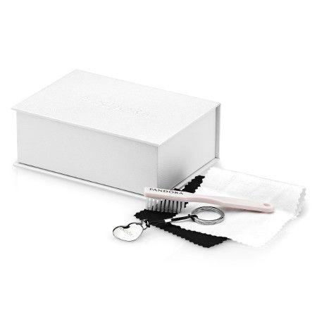 O Care Kit Pandora é especialmente utilizado para limpar suas peças, ele compõe um conjunto de escova para as joias, flanelas abrasivas, um lindo abridor de bracelete em formato de coração, saquinhos para suas joias e um guia de instruções de uso.