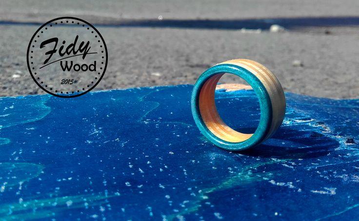 SKATE RING - BLUE OCEAN  PRSTENY VYROBENÉ ZE STARÝCH SKATE DESEK   Prsteny vyrobené ze starých skate desek je jedním z nejhezčích využití zlámaných skatů .  Vyrábíme několik základních variant ale po emailové dohodě je možno nechat si vyrobit prsten i z vlastní desky a z volitelným průměrem.