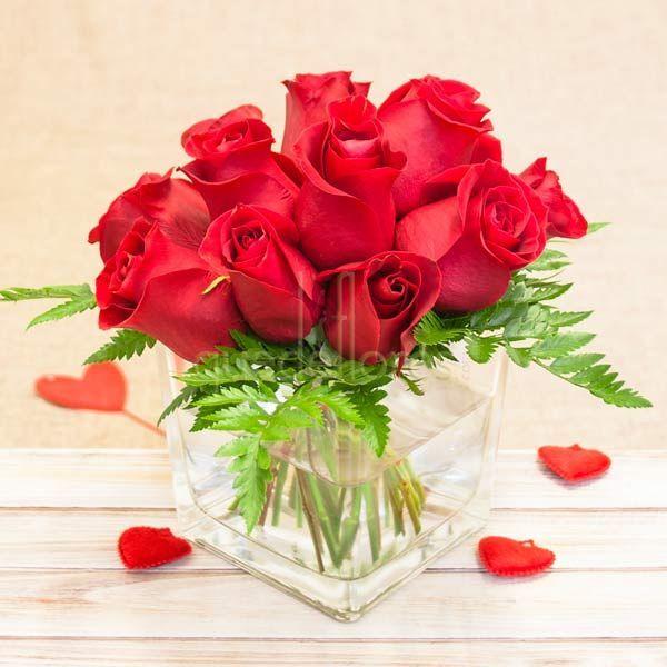 Mira esta imagen de quedeflores.com Escoge este bouquet de Rosas Rojas preparadas en un cubito, es un regalo ideal para sorprender en el trabajo o en casa. #quedeflores #qdf #rosasrojas #bouquetrosas #redroses #sanvalentin #love #amor #enamorados #regalarflores #floristería