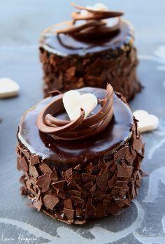 Fancy mini chocolate cakes. It has the recipe in english half way down the page. Retete tort - Mini torturi de ciocolata