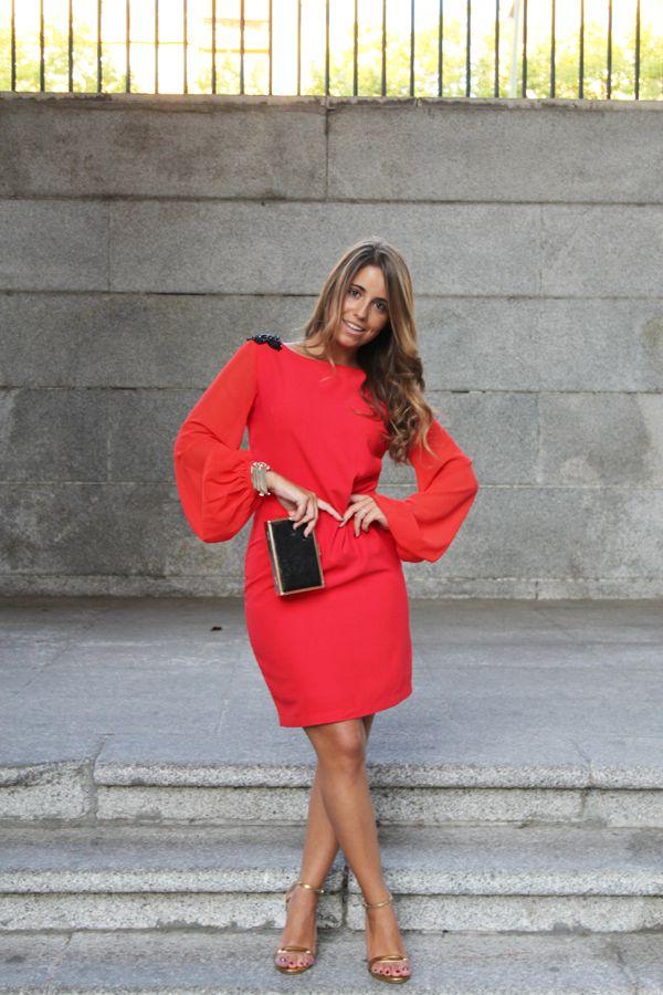 Look de invitada de Loreto en www.elrincondemoda.com. Un vestido precioso de color rojo con mangas abullonadas de un tono más claro que el vestido, escote en la espalda y detalles de bordado y pedrería negra en los hombros de COCOA, una firma de moda sevillana. #ElRinconDeModa #erdm