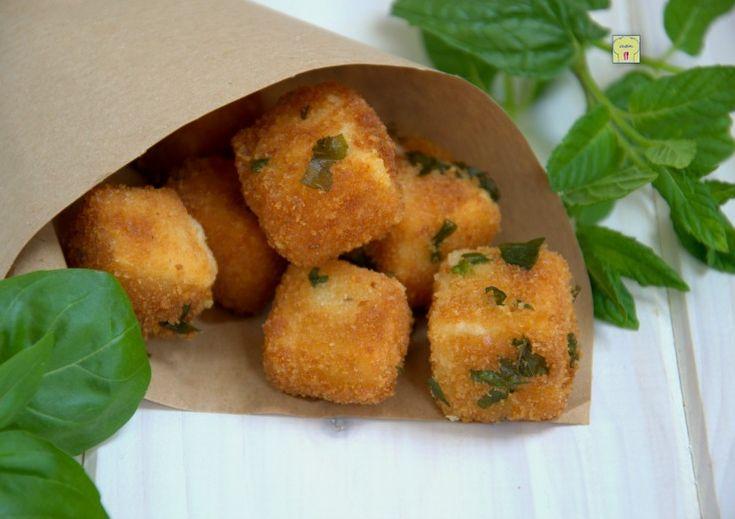 Il formaggio fritto alle erbe è un delizioso finger food facile e veloce da preparare, perfetto per l'aperitivo o per i vostri buffet.