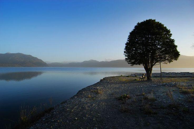 Tranquilo y solitario Lago Maihue al atardecer, Futrono, Región de Los Ríos, Chile