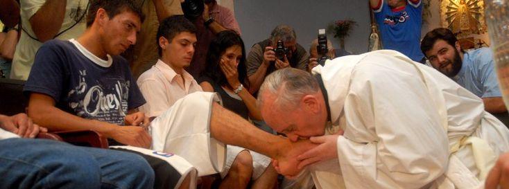 Demütig: Bergoglio bei einer Fußwaschung mit Armen und Drogenabhängigen (2008)