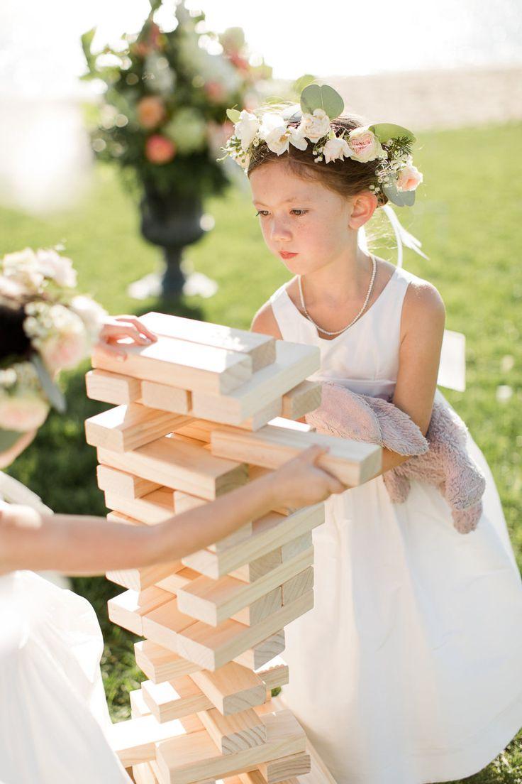 flower girls jenga wedding lawn games Photography: Melissa Kruse