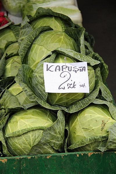 Photo du marché de Nowy targ près de Zakopane dans les carpates polonaises de Pologne et zoom sur le chou un des éléments principaux de la nourriture polonaise