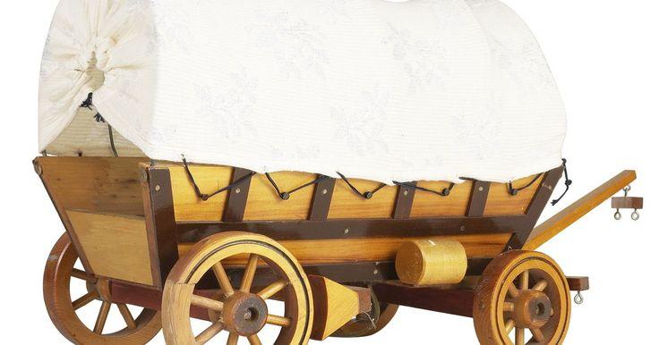 Cómo hacer una carreta cubierta con una caja de zapatos. Si le estás enseñando a los niños sobre el oeste estadounidense y la vida en la frontera, haz la lección más emocionante mandándoles a hacer un proyecto emocionante que sea relevante para el tema. Por ejemplo, muestra a los niños cómo crear una carreta cubierta estilo de la pradera, utilizando materiales comúnmente disponibles como una caja de ...