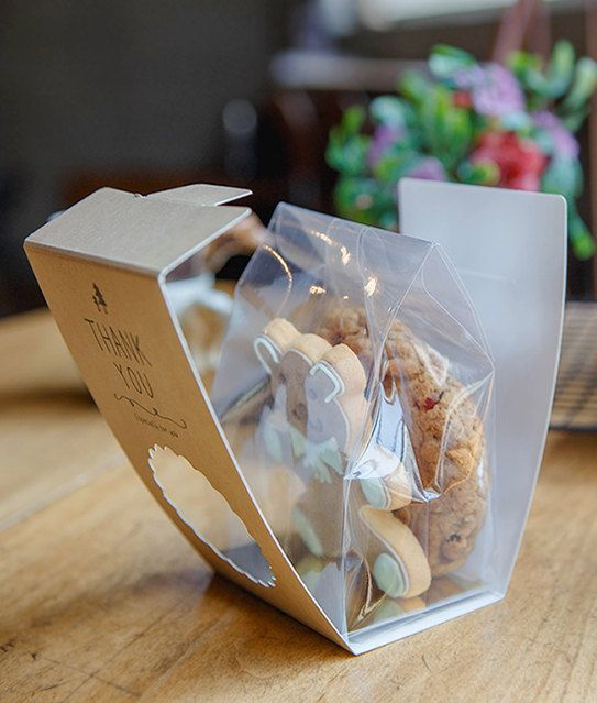 10pcs cookie packaging sets with Kraft paper bands and clear cookie bags. Its made with food safe Kraft papers with Thank you, especially for you printed. Easy to assemble with hook on back side. Scallop cutout in the middle. Matching size cookie bags are included with the set. You can use heat sealer to close or just roll down the top and use sticker, clear tape, or staple to close the bags. // Size W x L x H //  Kraft band Approx 3.3in x 2.4in x 5.3in Approx 8.5cm x 6cm x 13.5cm Clear bag…