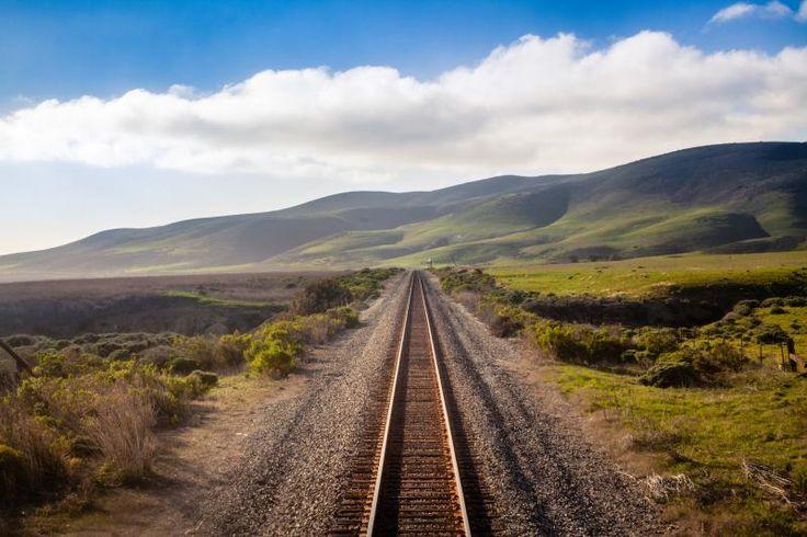 1. California Zephyr Train, Stati Uniti  Con il California Zephyr, il treno più lungo dell'Amtrak, attraversare gli Stati Uniti d'America è possibile. Unisce Chicago a San Francisco attraverso 52 ore di viaggio, due notti e 37 fermate che renderanno incredibile il vostro viaggio.  Con lo sguardo incollato al finestrino, attraverserete montagne rocciose, il deserto dell'Utah, il Salt Lake City e il Nevada. Scoprirete l'America stando seduti. Vista delle rotaie che attraversano la California