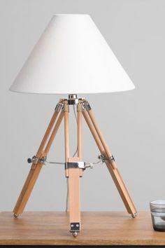 Navy Tischlampe in Naturholz. Diese Tischlampe bringt einen modernen Look in jedes Zuhause. Mit nautischer Stativstruktur und eleganten Chromdetails.