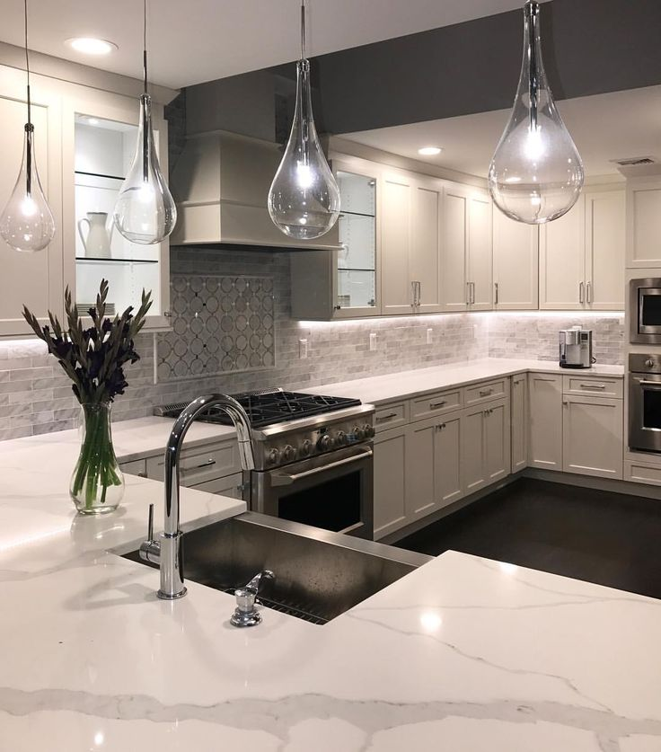 A Beautiful Timeless Kitchen That Will Never Go Out Of Style! #kitchen # Kitchendesign #whitekitchen #quartzcountertops #marblebacksplash  #pendantlighting ... Part 49