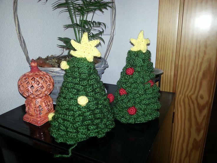 Arbol de navidad a ganchillo. El patron puede encontrarse en http://www.lanasyovillos.com/es/amigurumis/arbol-navidad