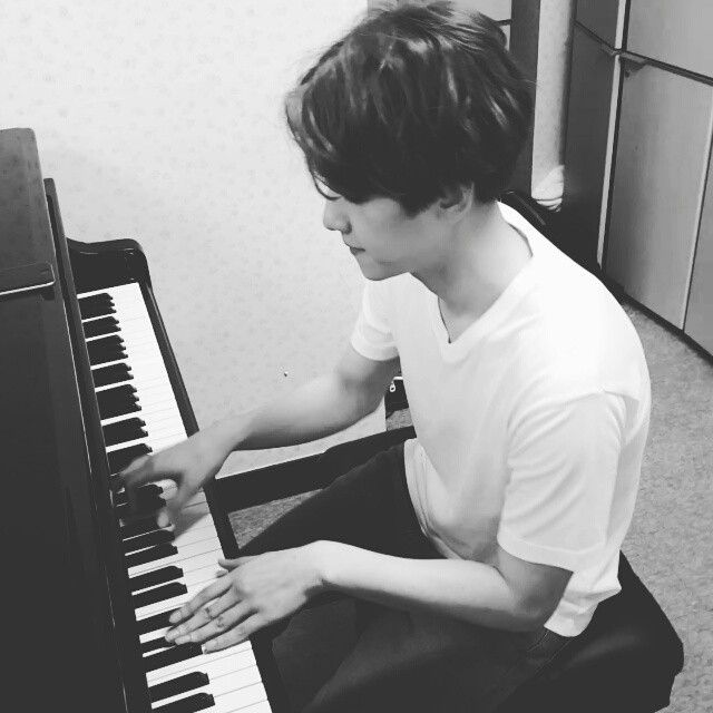 EXO Baekhyun playing the piano, video from Chanyeol instagram update (5th June 2015) 연습실에서 듣던노래 #서울의달 @baekhyunee_exo