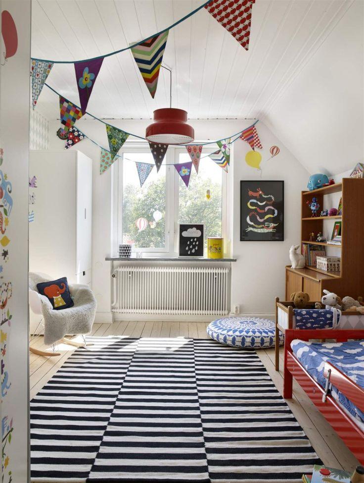 Morris rum är inrett i en skön mix av retro och nya saker. Matta och golvpuff från Ikea. Gungstol från Eames.
