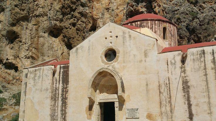 Ο ναός του Αγίου Αντωνίου βρίσκεται σε ένα από τα διασημότερα φαράγγια της Κρήτης το Αγιοφάραγγο ή Φαράγγι των Αγίων στα νότια του Ηρακλείου. Βρίσκεται 250 μέτρα πριν φτάσουμε στην παραλία διαμέσου του φαραγγιού.