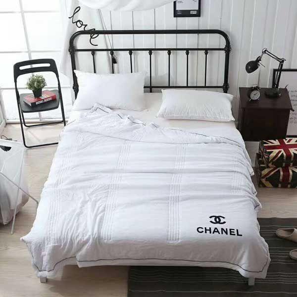 シャネルブランケット 夏 キルトケットガーゼ 毛布 寝具 オシャレ ダブル ブランド Chanel肌掛け布団 冷房対策 タオルケット 肌布団 ひざ掛け 肩掛け 薄掛け インテリア 送料無料 Designer Bed Sheets Bedding Sets Bed Pillows