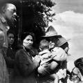 Saying goodbye - 28th Maori Battalion reinforcements leaving Rotorua 1944